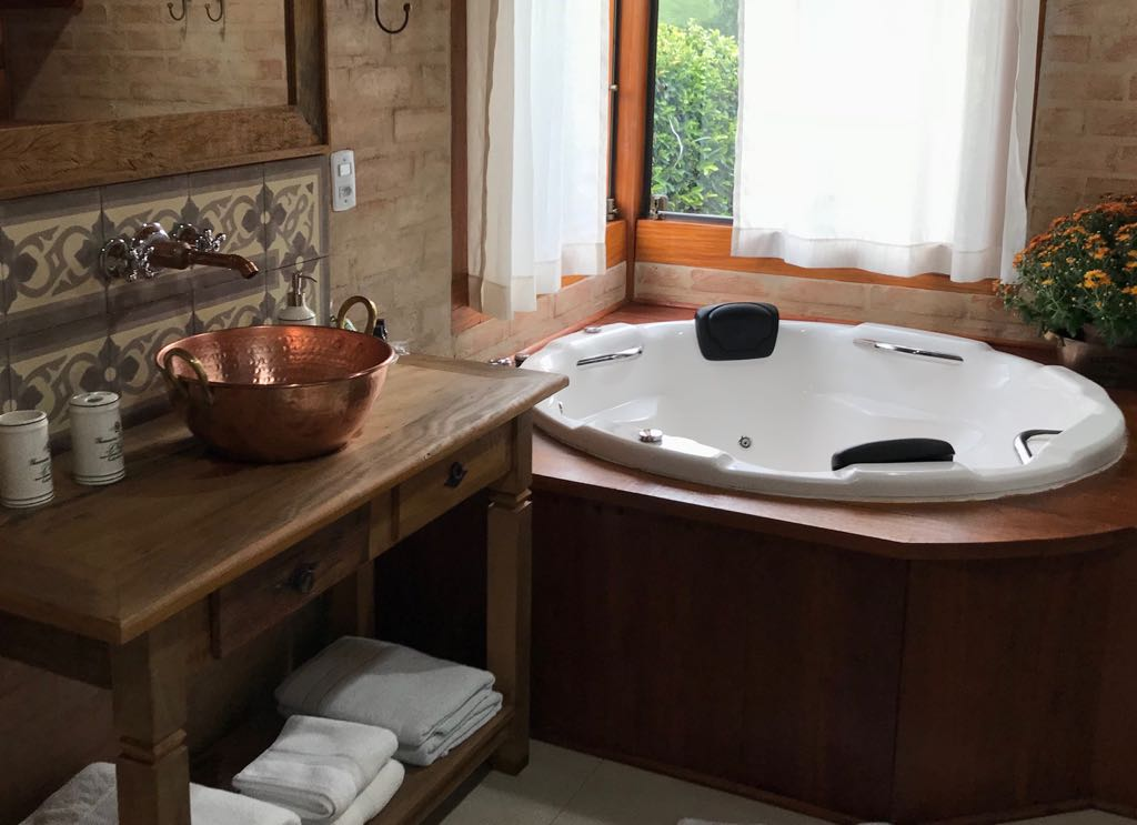http://fontedashortensias.com.br/wp-content/uploads/banheiro-banheira-ouvindo-estrelas2.jpg